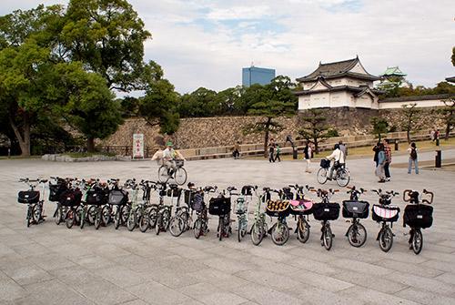 大阪城をバックにBrompton