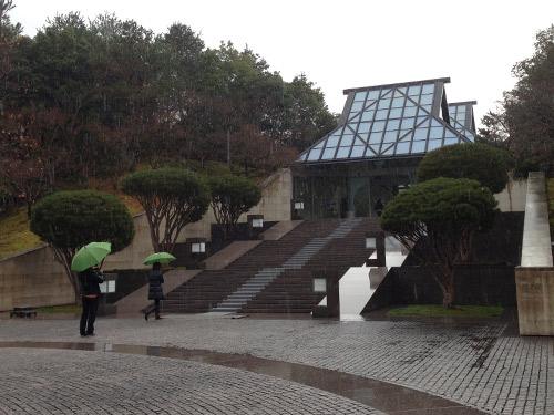 MIHO MUSEUM入口、雨