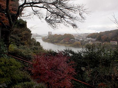 雨に煙る琵琶湖方面