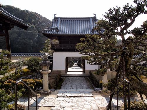 興聖寺 山門から琴坂