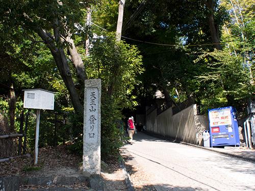 山荘美術館への登り口
