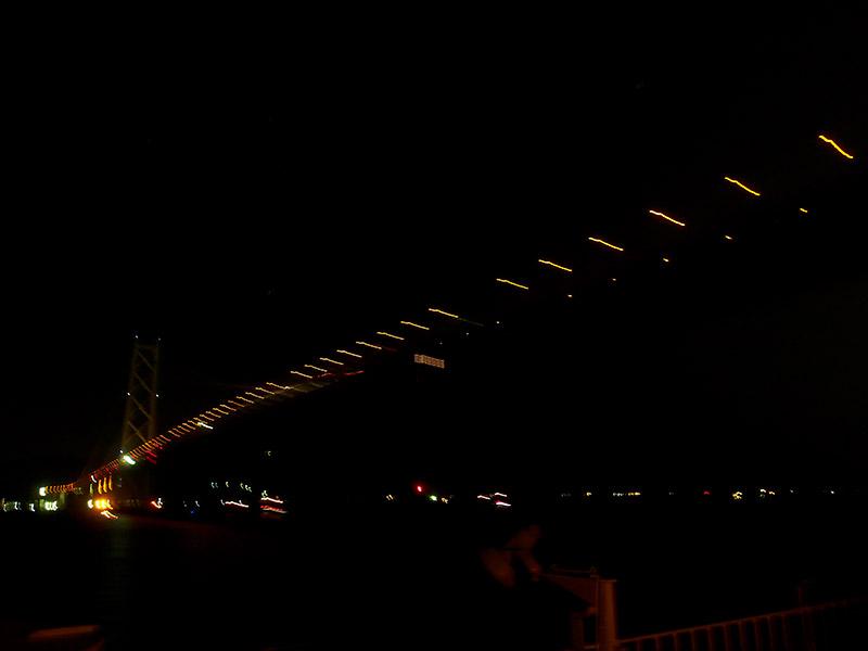 深夜の明石海峡大橋を下から