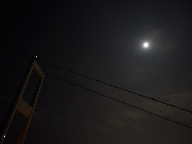 来島海峡大橋と月