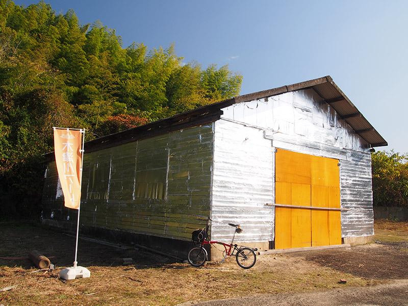 黄色いドアの倉庫