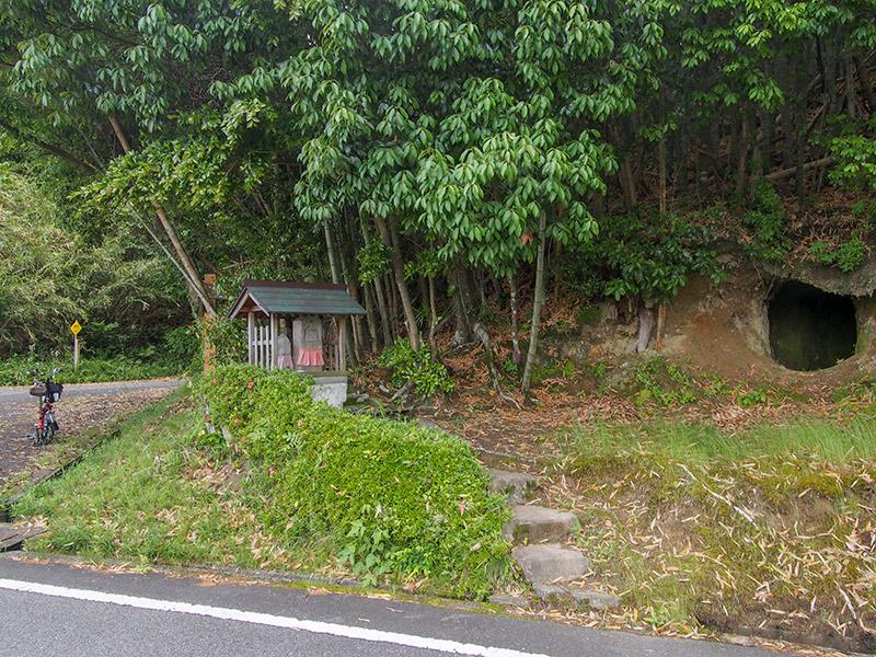 道祖神と洞穴